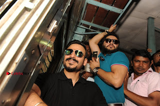 Bollywood Actor Vivek Oberoi Snapped Travelling by Local Train to Kelve  0006.JPG