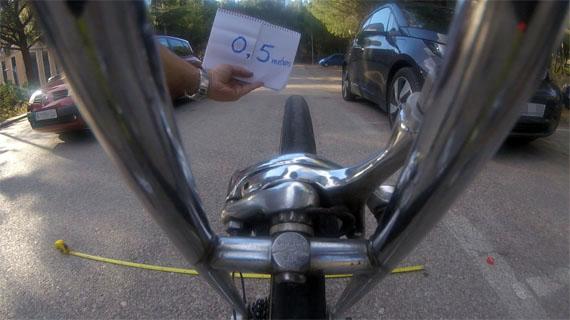 Distancia lateral entre bici y coche 0,50 metros