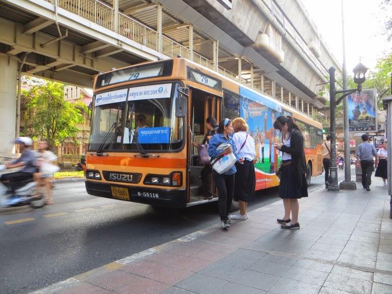 Тайский автобус на остановке