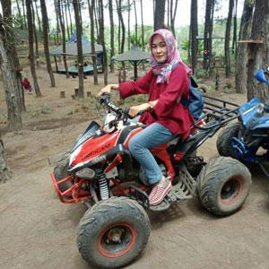 Agustin mencoba motor ATV di Sumbersuko Forest