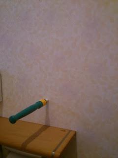 下地探しを壁に刺す写真