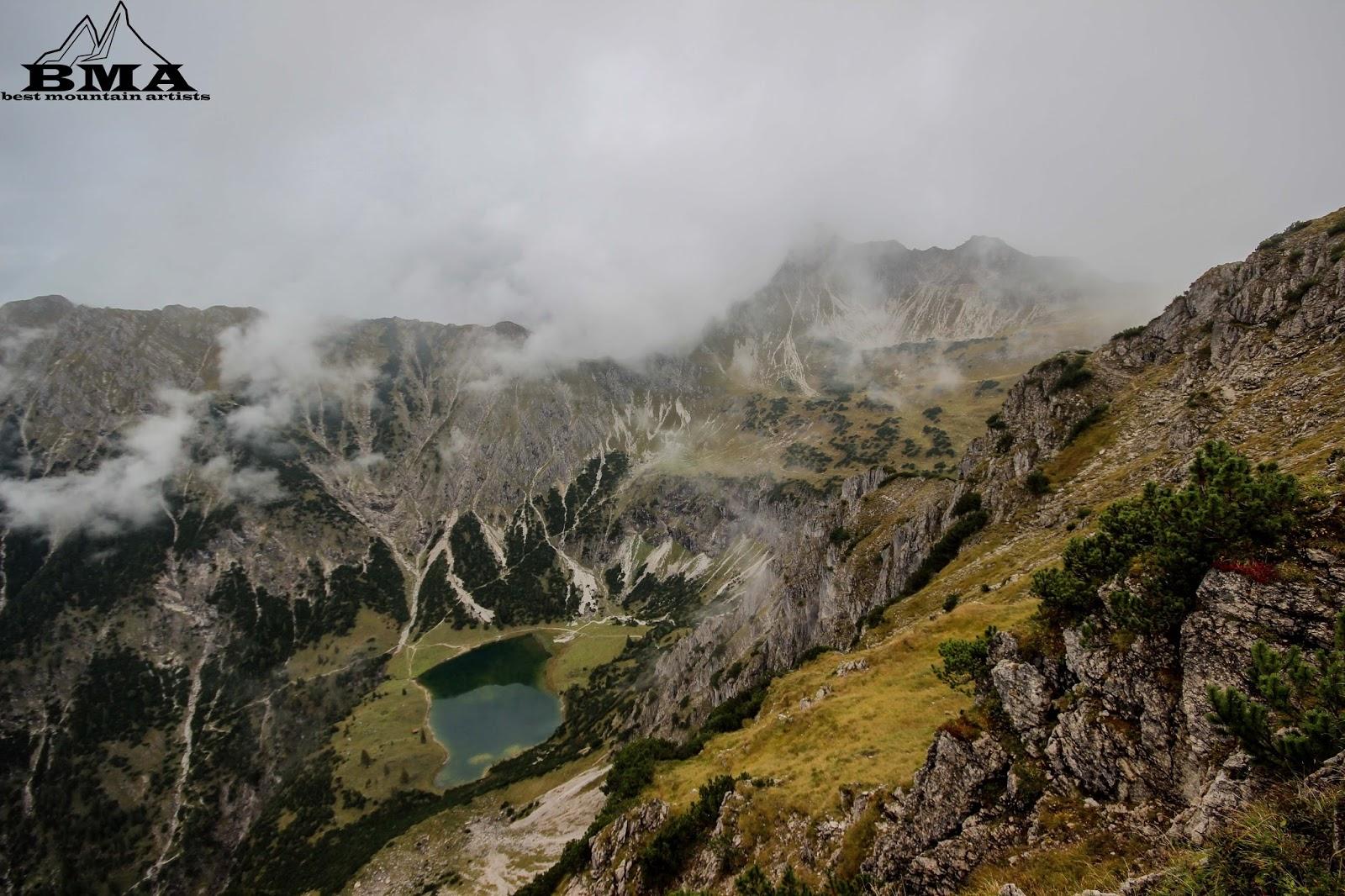 Die gaisalpe, darüber der wasserfall vom unteren gaisalpsee (erste stufe). BMA Wanderung Rubihorn Oberstdorf mit Heimplanet The Wedge