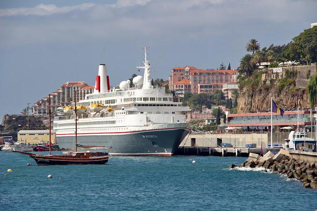 um navio entre hotéis