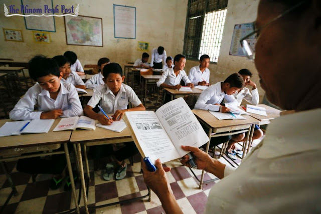 A teacher explains English exercises to students during her class at Phnom Penh's Wat Koh High School in 2014. Heng Chivoan