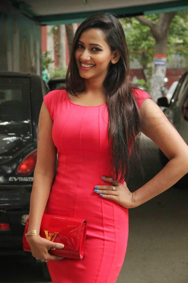 actress celebrities photos  actress sanjana singh oops
