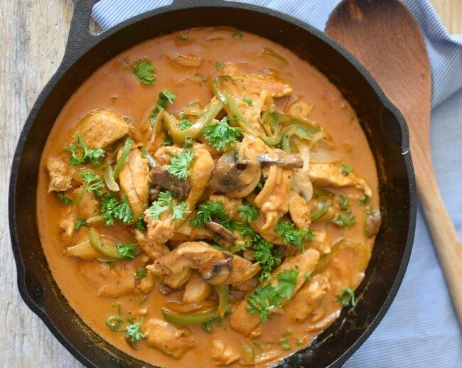 Un plato fácil, rico y rápido de preparar, para la comida de la semana o para una celebración: pollo strogonoff. En bizcochosysancochos.com