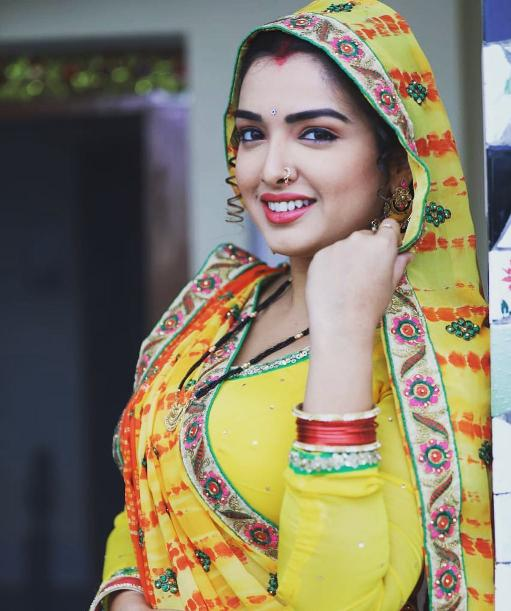 आम्रपाली दुबे (Amrapali Dubey) looking hot in yellow saree.