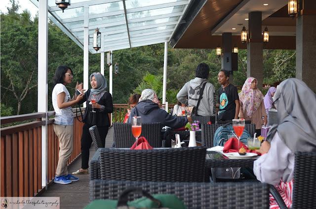 Suasana yang hangat dan santai sambil menikmati finger food ala Restoran Pringgodani Hotel Puri Asri Magelang.(Dok.Pri)