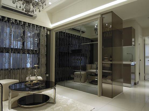鏡面、茶色玻璃運用在室內裝潢上,帶有些許的神秘感和時尚感。