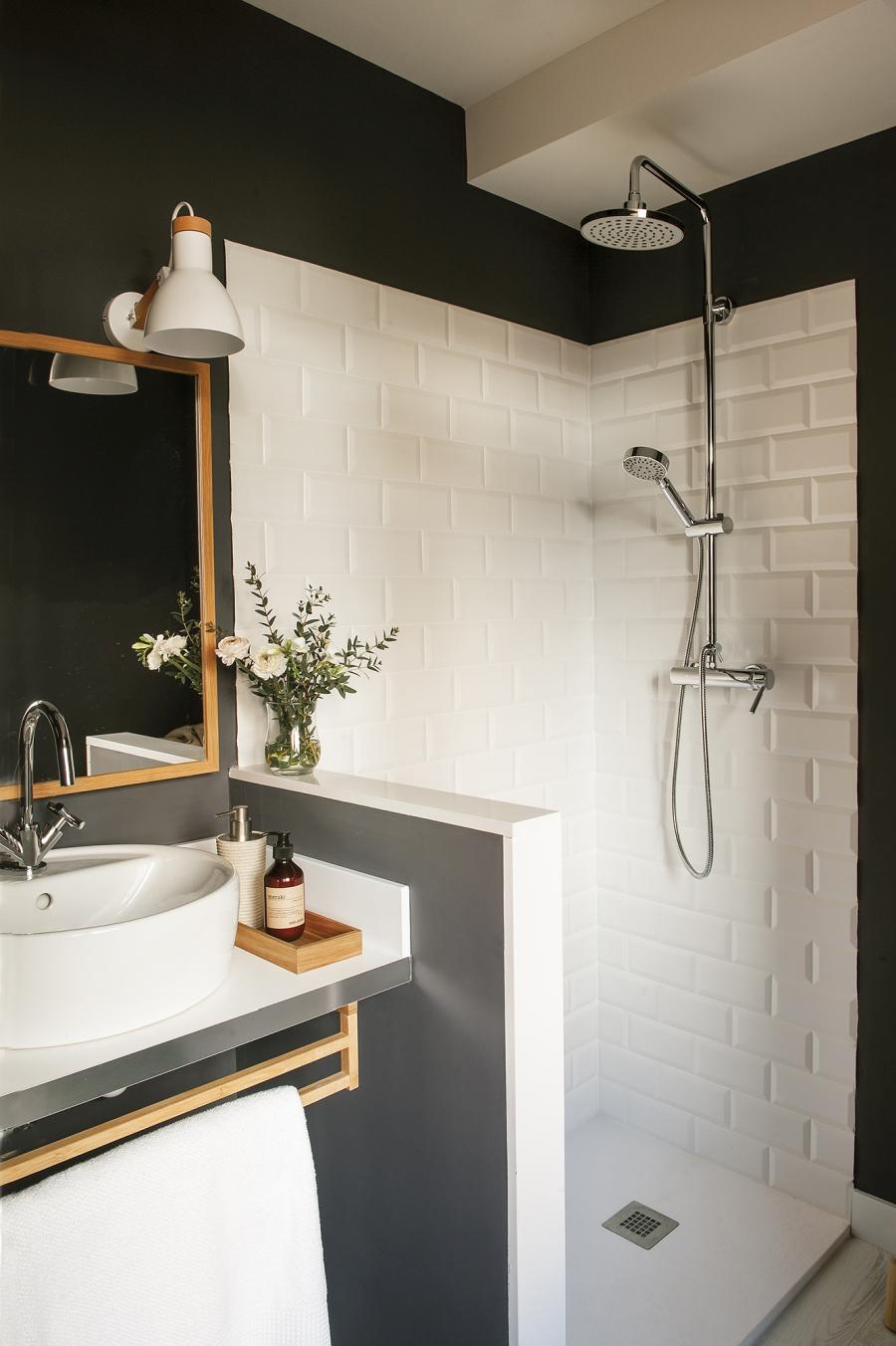 Czerń i biel w przytulnej aranżacji - wystrój wnętrz, wnętrza, urządzanie mieszkania, dom, home decor, dekoracje, aranżacje, minty inspirations, styl skandynawski, scandinavian style, biała wnętrza, małe wnętrza, małe mieszkanie, otwarta przestrzeń, czerń i biel, balck & white, naturalne drewno, naturalne materiały, mała łazienka, białe płytki, ciemny kolor ścian