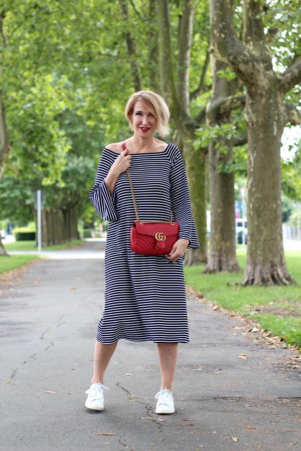 Gestreiftes Kleid mit guter Länge