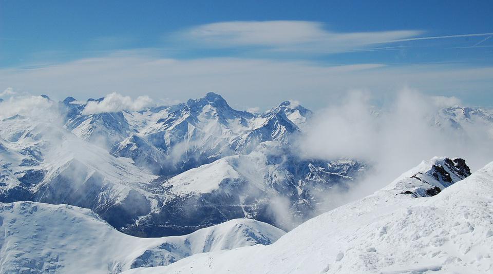 es tebal dan puncak tertinggi Puncak Jaya - 4.884 mdpl (Indonesia)