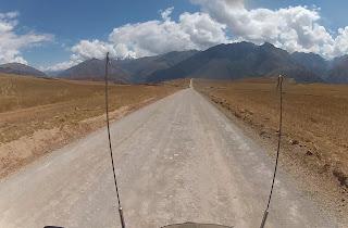 Estrada de terra para as Salineras de Maras / Peru.