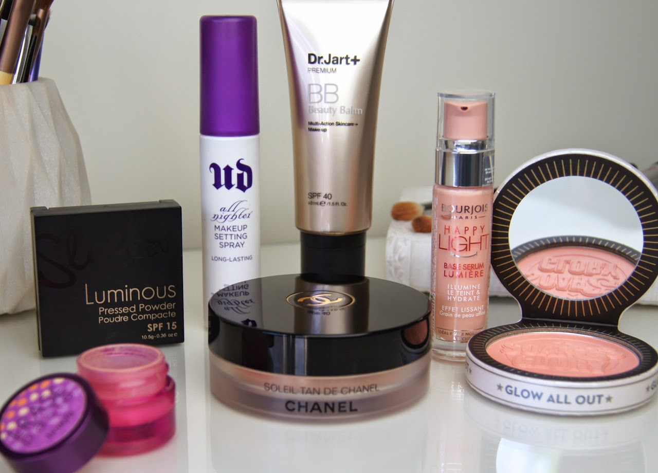summer makeup look fresh skin golden eyes peach coral lips