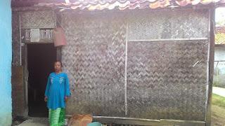 Kisah Ibu Nani Bin Enan Yang Memprihatinkan Tinggal di Rumah Reot