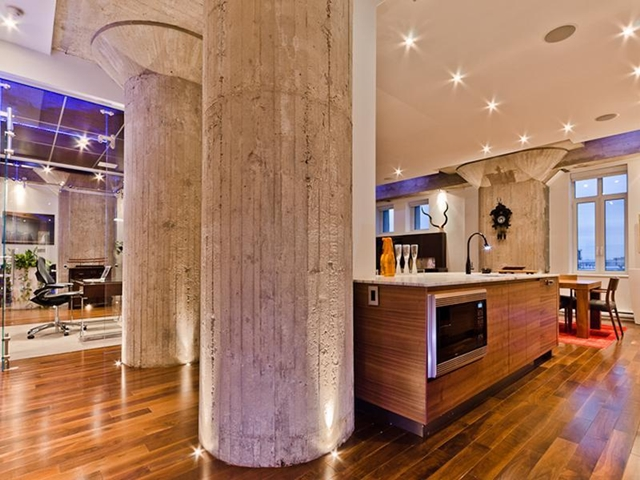 Picture of bare concrete pillars in the apartment