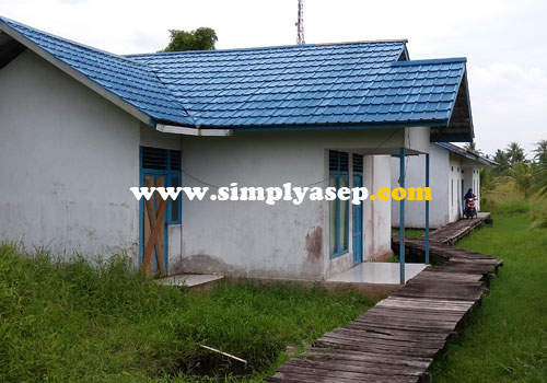 RUMAH DINAS :  Inilah rumah dinas yang ditempati istri selama mengajar di SMA Negeri 1 Kubu selama 7 tahun terakhir.  Ada sekitar 5 guru di dalam susunan rumah dinas ini.  Foto Asep Haryono