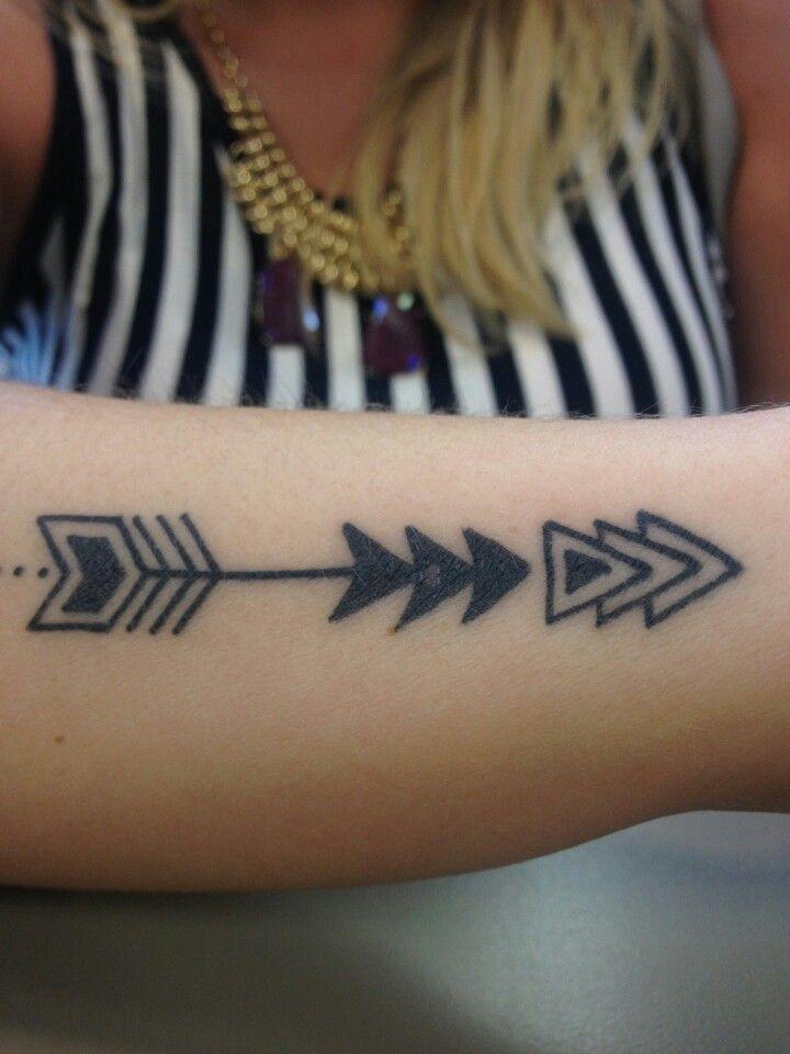 Mujer con tatuaje de flechas en el antebrazo
