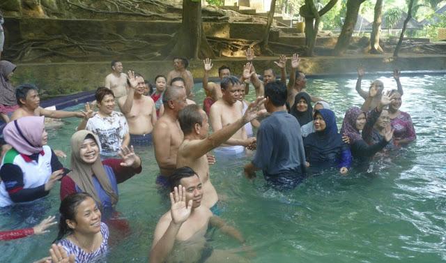 Prof Andalan Nikmati Wisata Alam Permandian Air Panas Lejja