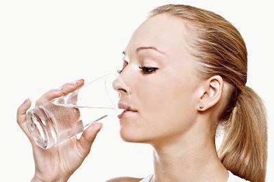 Tomar agua durante consumo de alimentos mujer