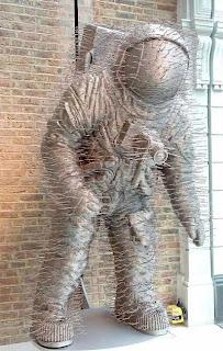 Escultura con ganchos para colgar la ropa.