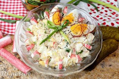 Sałatka jajeczna z paluszkami surimi i ogórkiem konserwowym