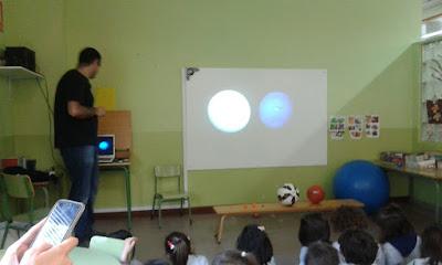 Dando la charla sobre el Sol y los planetas