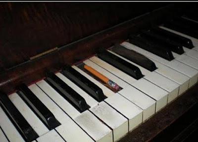 Réparation d'une touche de piano, probablement pas par un luthier...