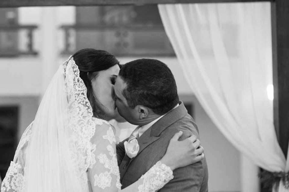 casamento-sitio-beijo-noivos