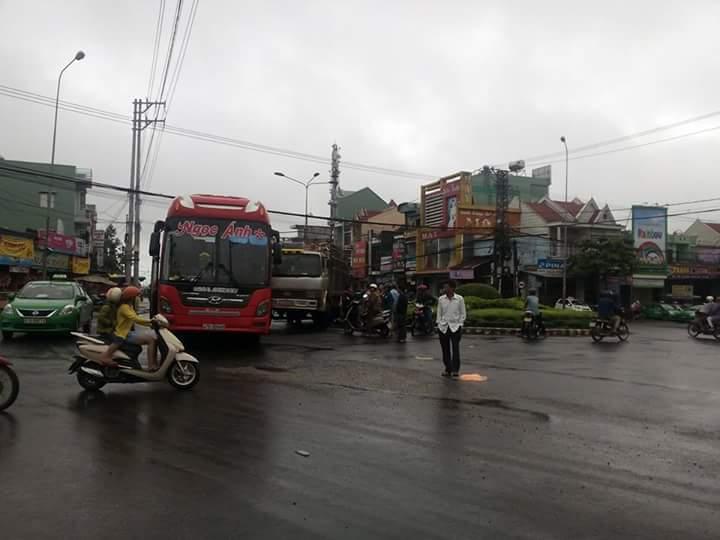 Gia Lai: Xe tải tông xe khách, 15 người thoát nạn