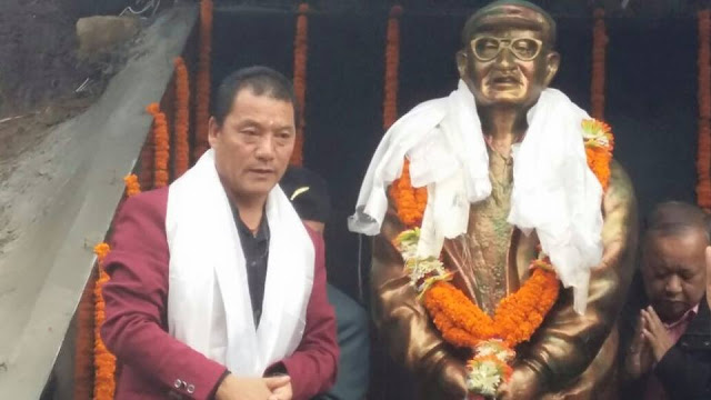 Gurung unveils the statue of Kaman Singh Ramudamu in Darjeeling on Thursday.