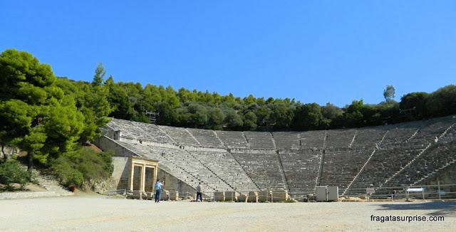 Teatro de Epidauros, no Sítio Arqueológico do Asclepeion, na Argólida