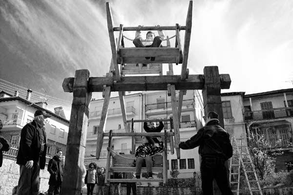 Το Πασχαλινό έθιμο της Ροδάνης στην συνοικία του Απόζαρι Καστοριάς (φωτογραφίες)
