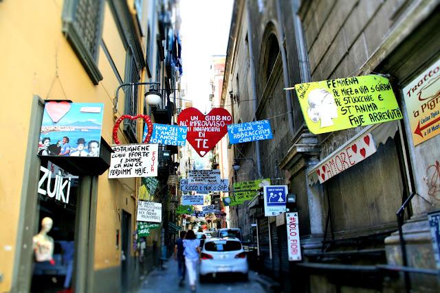 vie antiche, macchine, negozi, quartieri spagnoli, addobbi, manifesti, frasi
