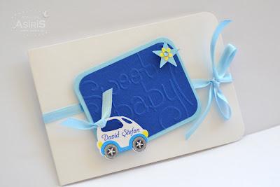 Invitatii botez handmade combinatie alb cu albastru si bleu, cu scris Sweet Baby embosat pe carton cu masinuta personalizata cu numele bebelusului