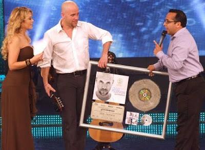 Foto de Gian Marco recibiendo premio en Reyes del Show