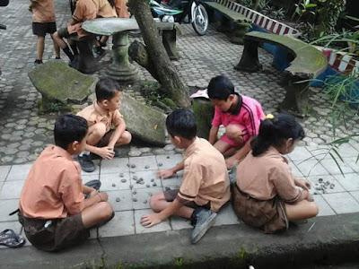 Mecingklak batu salah satu permainan tradisional anak-anak di Bali