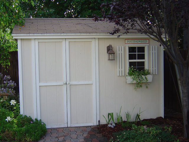 Cute backyard shed ::OrganizingMadeFun.com