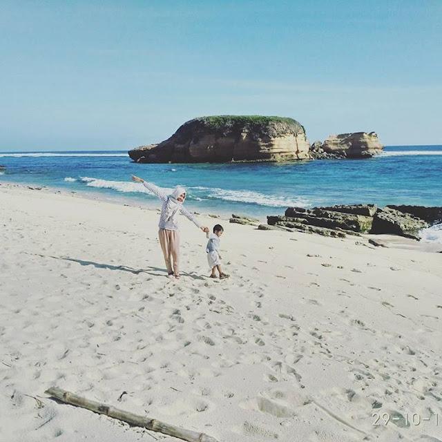 Berfoto bersama anak di pantai Surga, sumber ig @nia_na_