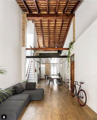 дизайн с деревянный потолком и велосипедом
