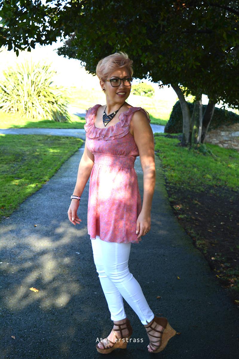 vestido rosa con pantalones blancos
