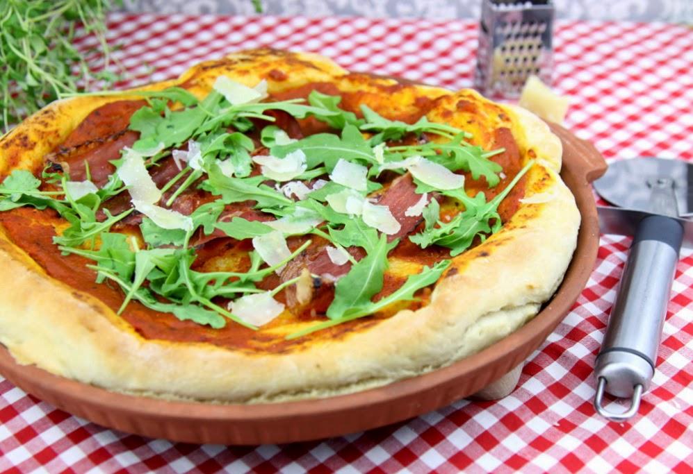 Włoska pizza z szynką, rukolą i parmezanem