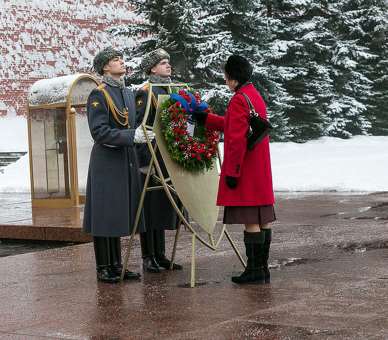 ANNE,+wreath+at+Eternal+Flame,+Feb+12th+2014.jpg