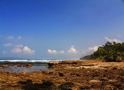 Salah satu spot Pantai Karapyak yang berkarang.