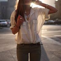 Брюки цвета хаки с белой рубашкой