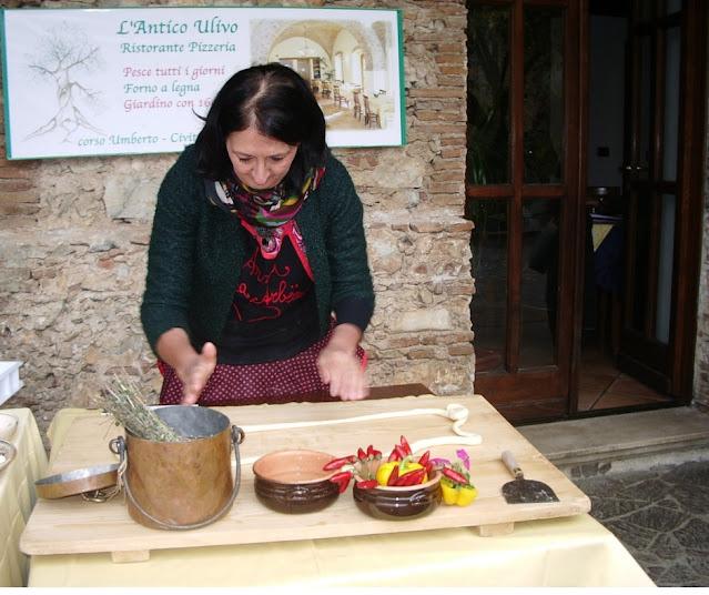 Anna Stratigò mentre prepara la pasta fresca