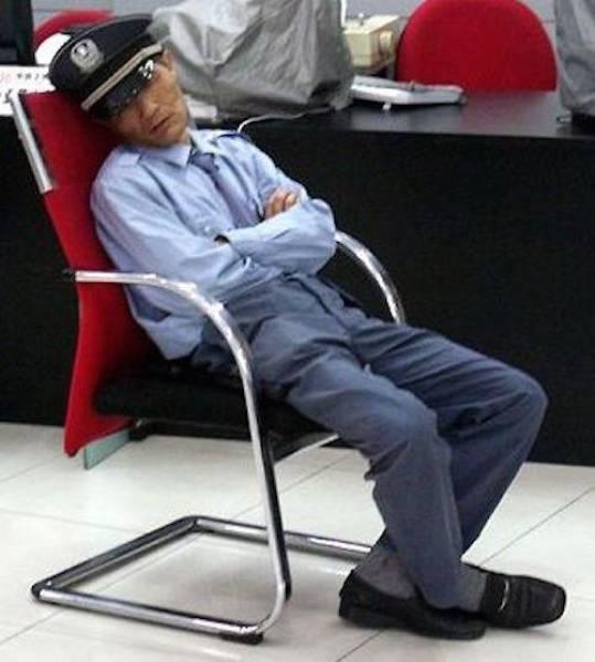 30 Pessoas que foram pegas dormindo no trabalho