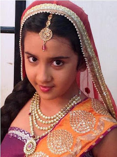 Wajah Cantik Roshni Walia Sebagai Ajabde Dalam Film Mahaputra