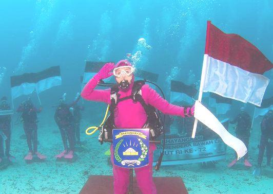 Ketua Bhayangkari Kep. Selayar, Ikut Upacara Bendera Bawah laut