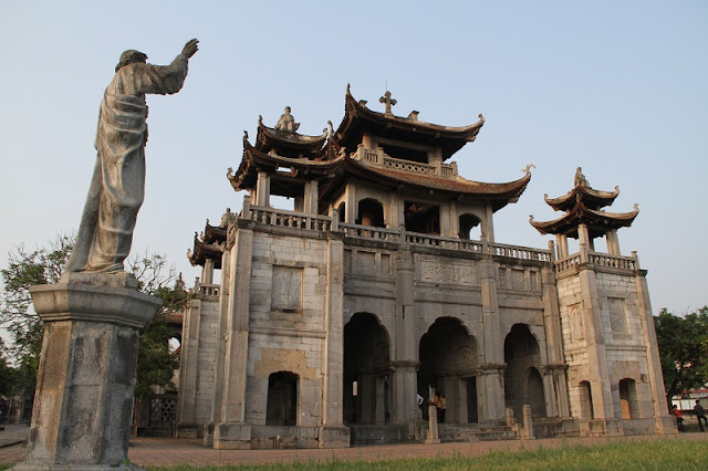 Top 5 churches in Vietnam attract tourists 4